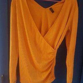 Pæn gul top i slå-om-bluse look