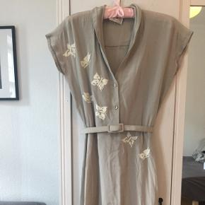 Vintage dress with a matching belt a a slit on one side. Size S Waist has an elastic band and measures ca 39 cm when laid flat and stretched lightly.  Only used once