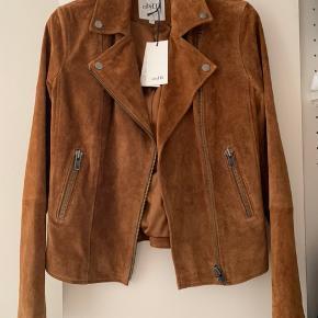 Lækker suede jakke! Den er aldrig brugt og er stadig med mærke. Np: 1000kr. Kom med et fornuftigt bud😊
