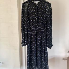 Meget smuk knælang kjole fra & other stories. Brugt få gange - fremstår derfor som ny.   #30dayssellout