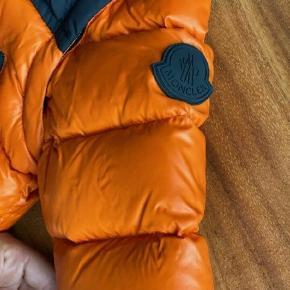 Lækker vinterjakke fra Moncler str. 12-18 mdr. Brugt en enkelt gang - står som helt ny Sælges super billigt - nypris 3500