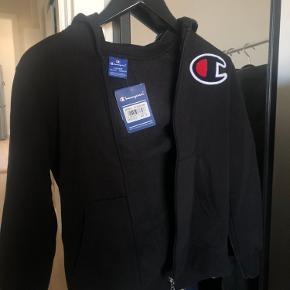 Jeg sælger denne fede champion trøje, som er en børnestørrelse L, men den svarer til en størrelse S vil jeg sige. Jeg bruger S og den passer mig perfekt. Se evt mærker for størrelsen 😊
