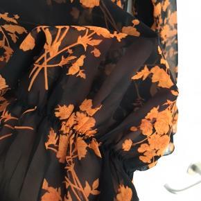 Smuk lang kjole med elastik i taljen og nederst i ærmerne. Brugt 2 gange. Gennemsigtig så jeg har brugt en lang tætsiddende underkjole under. Passer en str L-lille XL. Måler 130 cm i længden og 2x57,5 cm over barmen