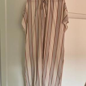 Smuk kjole, som kun er brugt enkelte gange.  Kan også sagtens passes af en medium 🌾