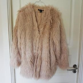 Faux fur jakke i pudder Rosa farve. Den er rigtig blød og lækker. Brugt få gange. Fra ikke-ryger hjem.   Kom med et rimeligt bud.  Kan afhentes i København.