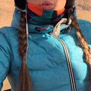Sindsygt fed jakke fra peak pearformance. Er blevet brugt på 1-2 skiferier og en vintersæson. skal havd ny ejer da jeg ikke får den brugt som den fortjener😄  Den er lækker og varm, også er det bare en mega fed farve.   Meget velholdt jakke !