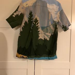 Sælger den fede Prada-skjorte. Den står som ny og er kun brugt 5-6 gange. Den er købt i Voo-butikken i Berlin sidste sommer. Jeg har desværre ikke købskvittering, hvorfor prisen også er sat derefter. Jeg gav omkring 3700,- for den.   Den passes af en small og medium. Jeg kan sende flere billeder, hvis det ønskes. Skjorten kan afhentes i Oslo (Norge) eller i Vejle. Den kan også sendes.