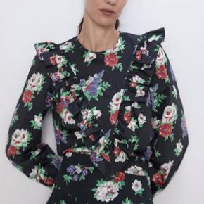 Helt nyt sæt fra Zara.  Smuk skjorte og buks i sort med rosemønster på. Aldrig brugt og har stadig tags i. Købt i Frankrig.   Skjorte i størrelse medium.   Nypris  349 for skjorte 499 for buks  BYD GERNE 🌸 SENDER MED DAO. KØBER BETALER PORTO