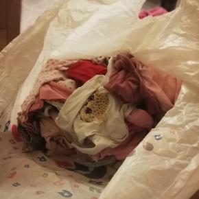 Super fin pose med baby tøj til pige str 62-68. Ca 50 dele med mange mærkevarer imellem. Heriblandt også jakke, helt ny flyverdragt og uld.