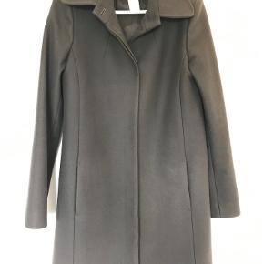 Super fin uld frakke fra Patriza Pepe kuin brugt 2 gange så fremstår som ny uden nogen form for slid   BEMÆRK det er en italiensk str 46, det svarende til ca 40/42 EU  BYTTER IKKE