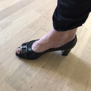 Gabor sko med hæl og åben tå. Str 5.5 ( størrelse svarende 38.5) gode at gå i, brugte , men god stand. Gået godt til kan man sige. Se billeder for slid. Nydelig med spænde og glans look