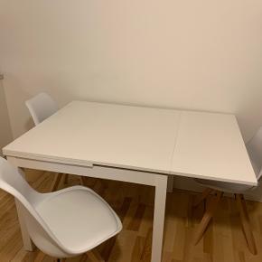 Sælger dette bord fra IKEA samt fire stole, da jeg skal flytte. Bordet kan trækkes ud i begge sider. Skriv for mål :-) den ene stol er beskidt, jeg ved ikke om det kan vaskes af, men det skyldes en juice plet