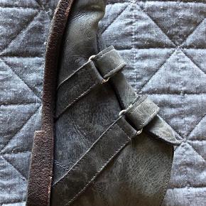 Varetype: sko Farve: grå meleret Prisen angivet er inklusiv forsendelse.  ikke brugt meget, min datter havde købt den men de var for små