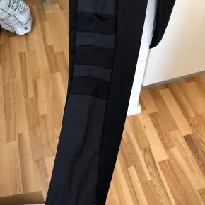 Helt nye trænings tights. Str 42/XL Sælges da de er for store til mig. Prisen er fast.