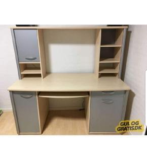 Sælger 2 ens skrivebord.. Brugs spor kan forekomme...