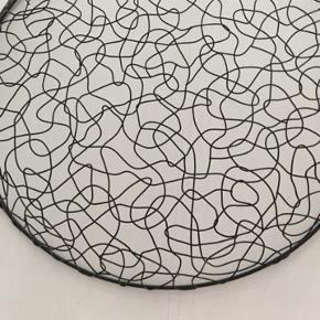 Flot stort stål fad/skål til magasiner, toiletpapir, legetøj mm. Måler 55 cm i diameter