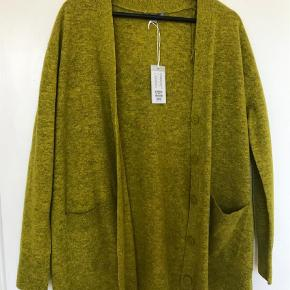Varetype: Lang Farve: Grøn,Lime Oprindelig købspris: 590 kr.  100% uld cardigan, aldrig brugt (prismærke sidder stadig på). Cardiganen er løs, vig pasform. Den er oversize (jeg er normalt en small). Hvis du vil sparre fragten, kan vi mødes i København og handle. Jeg bytter ikke:)