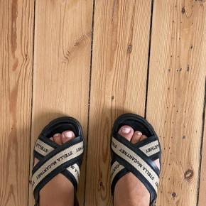 """På den gode side af """"good but used"""" virkelig fede sandaler fra stella McCartney, lidt slid på spænderne. Mega behagelige at have på! Kan prøves og hentes på Østerbro og ellers sender jeg med dao💖"""