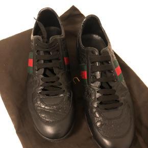 Sælger disse gucci sko. Brugt et par gange. Dustbag og kvittering følger med. Kom med et bud :)  Sneakers i størrelse 42 Farve: Sort Oprindelig købspris: 2800 kr. Kvittering haves