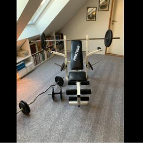 Dette træningsudstyr sælges.Det indeholder en træningsbænk med dertilhørende stang med diverse vægte, fire håndvægte med diverse vægte, curlbar samt mavebænk. Der er 120 kg. i alt af vægte. Udstyret fremgår af billeder. For yderligere oplysninger skriv endelig.