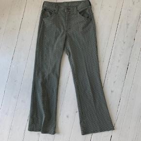 Fedeste vintage Lee bukser i perfekt stand. Der står ikke størrelse i, men de passer s/m afhængigt af hvor stramt man ønsker, de sidder.