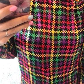 Vintage højhalset bluse, den bliver knappet i nakken og man kan folde kraven som man vil have den.
