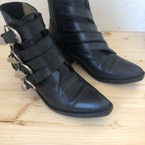 Flotte Toga Pulla støvler i rigtig god stand. Skoene er forsålet. Der medfølger både æske, dustbag og kvittering, hvis dette ønskes. Sender gerne flere billeder! Kom gerne med et bud☺️