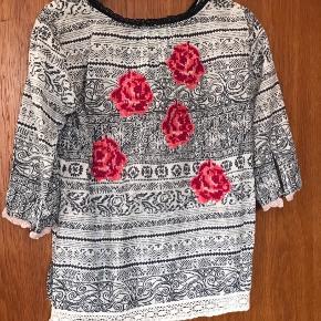 Sød Odd Molly skjorte i str. 1. Fine broderede roser på ryggen. Prisen er ekskl. porto. Den måler 2 x 45/46 cm over brystet