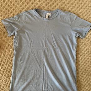 Skøn og blød basic t-shirt fra &Other Stories sælges. Har et casual fit, der kan styles både op og ned. Har kun været i brug enkelte gange.