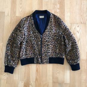 Lækker forårsjakke i vævet leopard og bomuldslining.  Str. M, fitter en S-M alt efter hvor løst man vil have den.