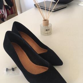 Ny - nubuk stiletter - sort - lille lækker hæl ca 3 cm. Flot på en ikke for bred fod - du skal have en lidt smal fod for at de er rigtigt gode på😎 ekstra hæle følger med
