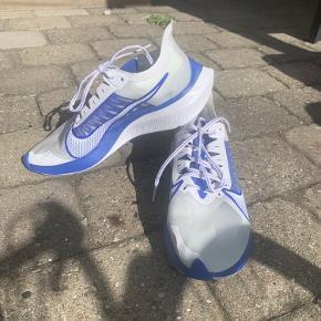 """Sælger disse Nike Zoom Gravity løbesko. Har god affjedring i hæl:     """"Nike Air Zoom Gravity er en let og hurtig temposko designet til at løbe hurtigere end du troede var muligt. Skoens strømlinet design gør den hurtig, men endnu hurtigere, når du giver først tager den på!  Nike Air Zoom Gravity er bygget til tempoture og bære dig til at slå nye rekorder. """"No Excuses Just run"""".""""  Læs mere om skoen her: https://www.loebeshop.dk/nike-herre-zoom-gravity.html  Sælges da jeg ikke synes de havde den rigtige pasform til min fod. Har løbet en tur i dem."""