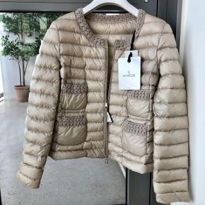 Fin Moncler jakke - ny og stadig med mærke.  Kvittering haves.