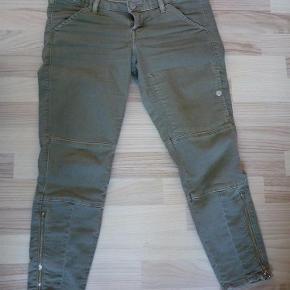 Varetype: Chinos / 3/4 bukser med stretch Størrelse: 29 Farve: Armygrøn Oprindelig købspris: 1050 kr.  Taljemål ca 2*41,5 og kan strækkes op til ca 2*47.