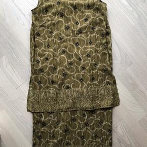 Lækkert sæt med foret nederdel, og super fin top med slidser i siden. Oprindelig pris 1500 kr.