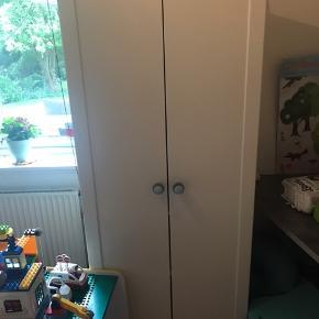 IKEA børne klædeskab Greb er skiftet til nogle fra sebra Fremstår stortest som nyt. 1 bøjle stang og 1 hylde indeni