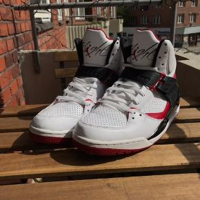 Jordan air flight 45 (Nike). Stort set ingen skader, som du også kan se på billederne.👟✨ skriv endelig, så kan jeg sende nogle flere billeder🙂
