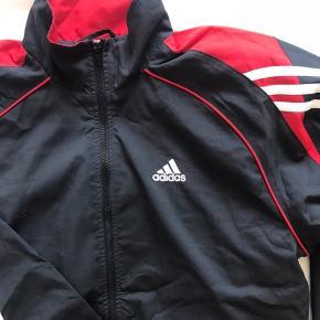 Super fed retro Adidas trøje - ingen tegn på slid 😊  Den er stor i størrelsen.