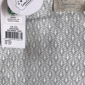 """Sælger dette fine ubrugte baby sengetøj fra Cam Cam Copenhagen. Det er i mønsteret """"peacock"""" i grå/hvid. Nypris 379kr. 🦚"""