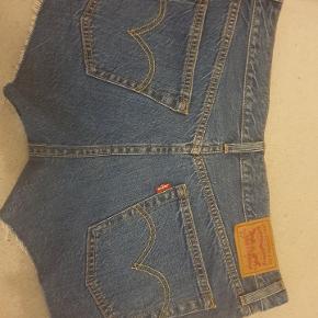 Helt nye og udruget Levis shorts i str 28 sælges. De er købt sidste efterår og nu da jeg er blevet gravid kan jeg ikke passe dem.  Byd gerne