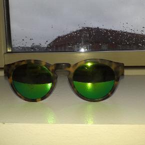 Illesteva solbriller,  model Leonard sælges...    Håndlavet i Italien..    Er et par år gamle, og velbrugt..    Linserne er temmelig ridset, men ellers i fin Stand..    Nyprisen var ca 1600.kr..    Sælges pænt billigt, pga ovenstående..    Få evt sat nye linser i ved en optiker..     SE OGSÅ MINE ANDRE ANNONCER.. :D