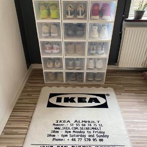 Helt nye og ubrugte Sneakerbokse. Sneakerboks. Sneakerbox. Sneaker.   37 cm i længde  25.5 cm i bredde  19.5 cm i højde Stykket koster 90kr.  De sendes usamlede, der medfølger manual og er derfor meget nemme at bygge. De styler dit rum op, og får dine sko til at se lidt federe ud, end hvis de bare stod.