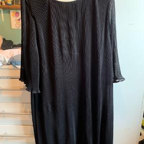 - vare: sort kjole med 3/4 ærmer  - mærke: fashion VRS woman  - str: XXL  - materiale: yderstof 100% polyester - foer 65% polyester og 35% bomuld  - mp: 50 kr + Porto