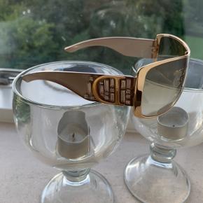 Smukke solbriller fra Dior, som jeg har brugt en del, men de er stadig i super flot stand. Guldkanten er hel og intakt og en enkelt ridse i det ene glas. Similisten på siderne (alle intakt) Lyse/beige stænger og et flot brun/gulligt lys i glassene.  Købt som helt nye her på TS for en del år siden.  Havde dem selv i forvejen i sølvlooket, nøjagtig samme model, købt hos Profil optik for 3750 kr.  hvidt etui og pudseklud medfølger.