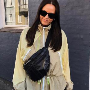 Sælger dette sæt fra Zara i moderne neon farve.   Shorts: størrelse large  Sweatshirt/jakke: medium