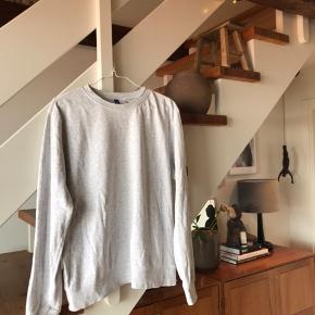 Basic sweatshirt fra h&m i meget lys grå. Passende i størrelsen.