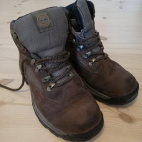 Lækre vandrestøvler str 39 fra Timberland. Brugt på én vandretur og derfor også gået til, klar til en ny ejer. Ingen slid på såler eller for, og læderet er behandlet og kun med få brugsspor.  Sælges da de er for små.  Nypris 1200
