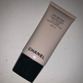 🛑da jeg snart flytter og skal af med en masse ting tager jeg imod bud, da de fleste vare skal væk🛑  Chanel les beiges all-in-one healthy glow fluid i farven N40 Den er brugt et par gange men har over 3/4 tilbage Np;370