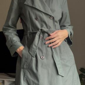 In Wear trenchcoat