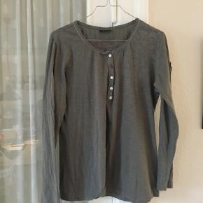 Khaki Napapijri bluse i str XL/40. Den er brugt een gang. Fra ærmegab til ærmegab 2x51 cm, længde 60 cm. BYTTER IKKE. Sælges for 237 kr inkl porto. BYTTER IKKE. Se også mine andre annoncer!!!